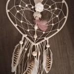 Attrape rêves grand cœur perles et plumes nature, marron et rose poudré : 40 €