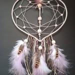 Attrape rêves cœur moyen nature perles et plumes blanc marron et rose poudré : 35 €