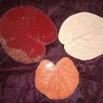 Feuilles émaillées rouge, orange et moka  Grande rouge Ø 16 cm : 9 € - Petite orange Ø 12 cm : 7 € - Grande moka Ø 15/16 cm : 8 €