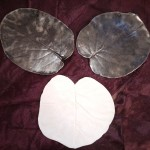 Feuilles émaillées bronze martelé et blanche  Bronze martelé Ø 14 cm : 8 € l'unité - Blanche Ø 14 cm : 8 €