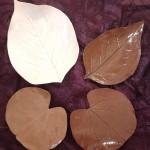 Feuilles émaillées marron et naturel  Grande naturel 18 x 13 cm : 9 € - Marron allongée 14 x 9 cm : 5 € - Marron rondes : 5 € l'unité