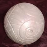 Sphère gravée peinte Diam. 11 cm : 25 €
