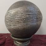 Sphère peinte et patinée argent et pailletée, fil argent Diam 15 cm : 45 €