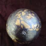 """Sphère """"nébuleuse"""" violette et or Diam. 9 cm : 24 €"""