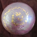 "Sphère ""nébuleuse"" rose et or Diam. 9 cm : 24 €"