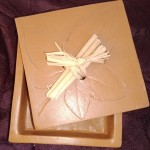 Boîte carrée terre rouge cirée, bois et raphia 10 x 10 cm : 16 €