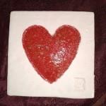 Coeur rouge billes de verre émaillées sur plaque blanche 9,5 x 9,5 cm : 9 €