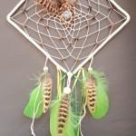 Attrape rêves grand carré nature perles et plumes marron et vert : 35 €